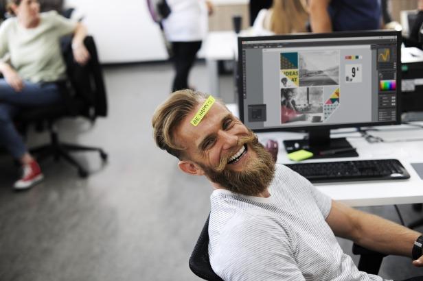 Employé heureux au travail