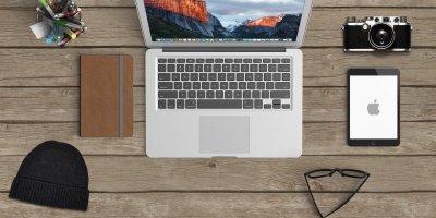 bureau avec PC et matériel